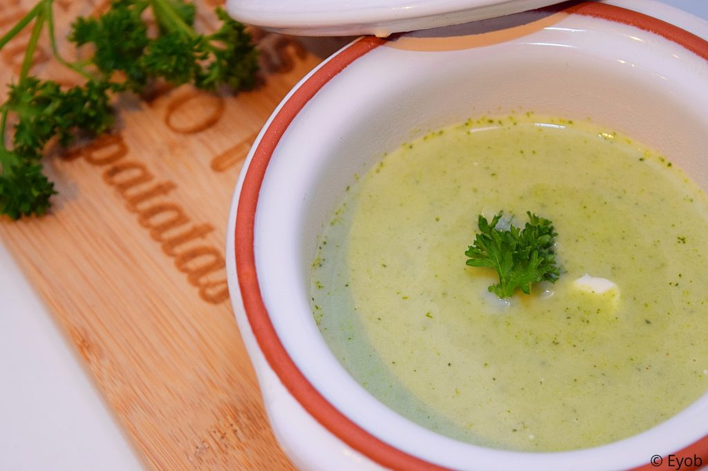 Home-made verse broccolisoep