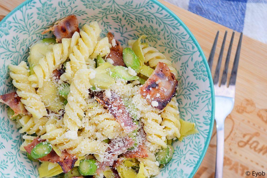 Zomerse pastasalade met bacon en asperges