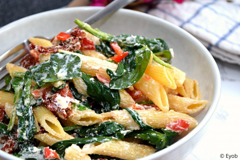 Koude pastasalade met bladspinazie en ricotta
