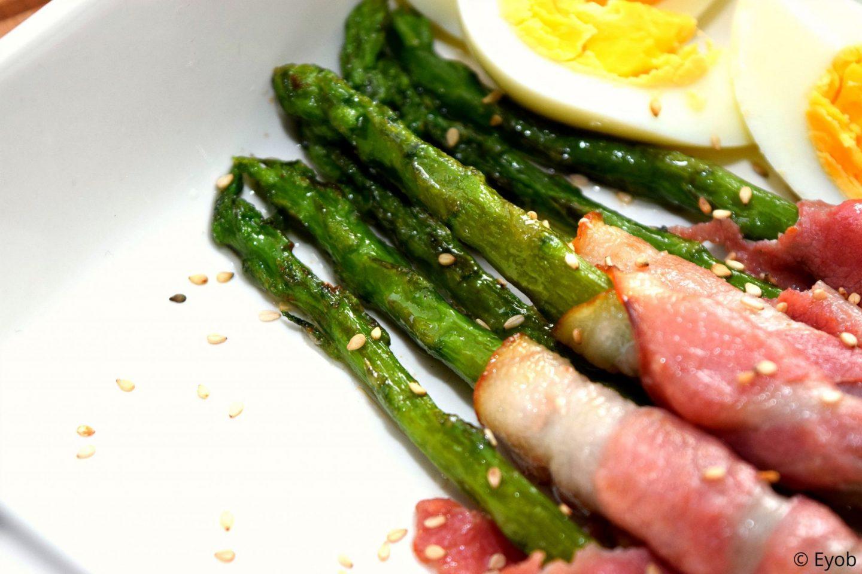 Groene asperges met een plakje bacon