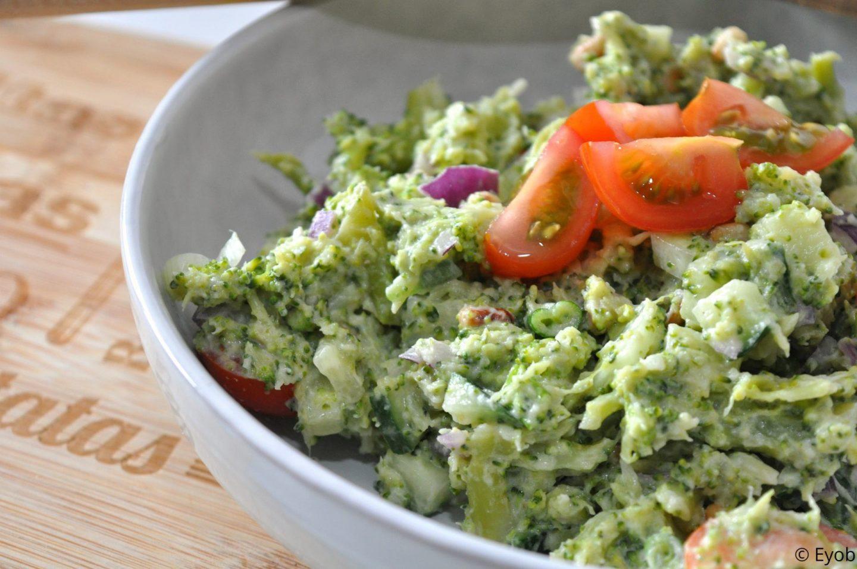 Koude broccolisalade met rode ui en bosui